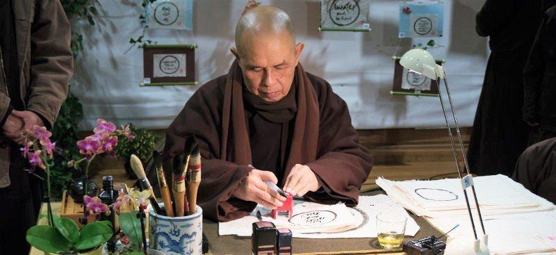 zenboeddhist maakt kalligrafie